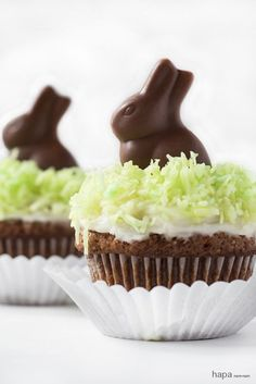 Fun Easter Cupcakes to make with the kids. These cupcakes are an easy dessert to make and are topped with the cutest chocolate bunny. Mini Desserts, Easy Easter Desserts, Easter Treats, Easter Recipes, French Desserts, Plated Desserts, Bunny Cupcakes, Easter Cupcakes, Mocha Cupcakes