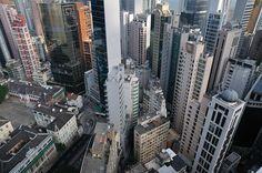 Blicken Sie mit dieser Fototapete über die Dächer der Megametropole Hongkong. Die Skyline ist aus der Vogelperspektive fotografiert und zeigt die Hochhäuser der Chinesischen Stadt. Hier werden Wachstum und Entwicklung spürbar. Festgehalten wurde das Motiv von Reiner Blankenhorn. #wallpaper