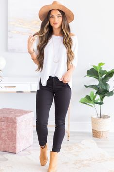 White top, pants and hat Mode Outfits, Chic Outfits, Trendy Outfits, Fashion Outfits, Womens Fashion, Casual Summer Outfits, Winter Outfits, Look Fashion, Autumn Fashion