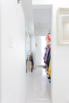 玄関ホールの左手は、ウォークスルーになったシューズインクローゼット。奥にある家事室へと続いている。#S様邸多摩川 #玄関 #シューズインクローゼット #収納 #ファミリー #シンプルな暮らし #ファミリー #EcoDeco #エコデコ #インテリア #リノベーション #renovation #東京 #福岡 #福岡リノベーション #福岡設計事務所 Wardrobe Rack, House Styles, Furnitures, Home Decor, Decoration Home, Room Decor, Home Interior Design, Home Decoration, Interior Design