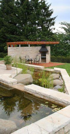 vodní kaskáda s posezením pod pergolou / water cascade with seating area under a pergola