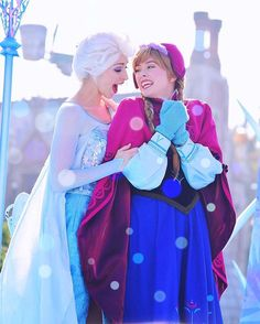 Anna and Elsa cosplay
