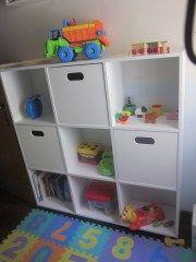 Estante de brinquedos e livros