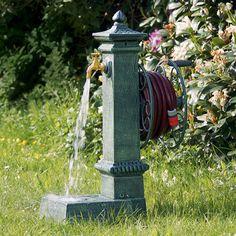 ... Stabile Wasser Station Inklusive Wasserbecken Im Sockel Und  Schlauchhalter Rolle. Aus Schwerem Gusseisen, Antik Grün Patiniert.  Messinghahn Und Anschlu