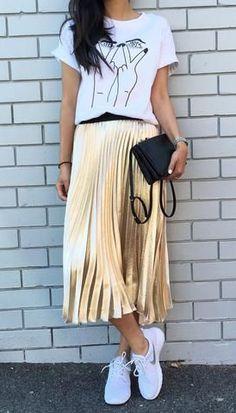 Trendy Pleated Midi Skirt Outfits for Feminine Style - Fashionetter Street Style Outfits, Mode Outfits, Skirt Outfits, Casual Outfits, Fashion Outfits, Gold Skirt Outfit, Sneakers Fashion, Gold Pleated Skirt, Metallic Skirt