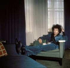 "personal-details: ""Blue velvet suit - Jimi Hendrix by Petra Niemeier, London 1967 "" Jimi Hendrix Experience, Blue Velvet Suit, Green Velvet, Jimi Hendricks, Historia Do Rock, Dazed And Confused, Music Icon, Rock Music, Rock Bands"