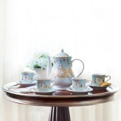 Con una edición limitada de tan solo 3000 unidades, este exquisito juego de té hará las delicias de cualquier coleccionista. Contiene tazas, platillos y una tetera, todos ellos con detalles dorados de los símbolos más emblemáticos del cuento clásico de Disney.