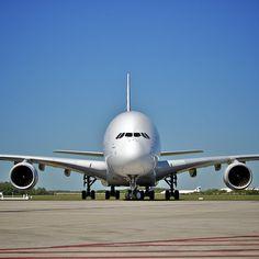 Was ist heute das größte Passagierflugzeug der Welt ? Airbus A380 Die größte Passagiermaschine ist der Airbus A380.  Der A380 ist 73 Meter lang, 24 Meter hoch, hat 80 Meter Spannweite und eine Flügelfläche von stolzen 845 Quadratmetern.
