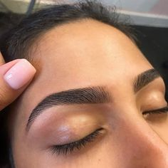 Girl I wish my natural eyebrows was this full. – Girl I wish my natural eyebrows was this full. Easy Natural Eyebrow Tutorial (Updated) For Very Thin & Light Eyebrows Eyeliner, Eyebrow Makeup, Skin Makeup, Beauty Makeup, Eye Brows, Permanent Makeup Eyebrows, Eyebrow Tinting, Applying Eye Makeup, Bold Brows