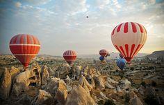 Balões de ar quente sobrevoam a Capadócia, Turquia.