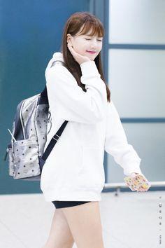 GFriend - Yerin South Korean Girls, Korean Girl Groups, Entertainment, G Friend, Asian Woman, Korean Fashion, Dancer, Raincoat, Kpop
