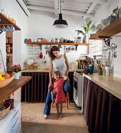 Cozinha charmosa é decorada com louças, mimos e lembranças de viagem