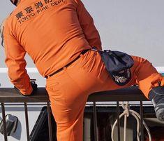 ピチピチのユニフォームを着た消防士さんがフェンスをまたいでいます。 ズボン破れないかな?