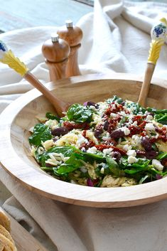 Light, summery, colorful and tasty - this Spinach & Orzo Salad is a treat to behold! Salad Recipes Healthy Lunch, Salad Recipes Video, Salad Recipes For Dinner, Quick Dinner Recipes, Orzo Recipes, Healthy Eating, Spinach Orzo Salad, Spinach And Cheese, Salad Ingredients