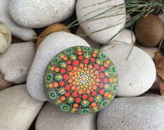 Mandala / mandala mandala rock / pintada piedra por HueofBlueStudio