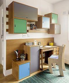 101 ideias de decoração: A partir da antiga escrivaninha da família, a arquiteta Fabiana Avanzi idealizou o canto de estudos com módulos de freijó e portas laqueadas coloridas