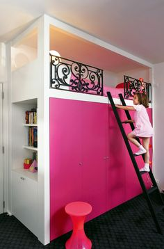 Building a raised bed in a children's room: The loft bed with dressers and shelves below organizes the room like a mini-studio.