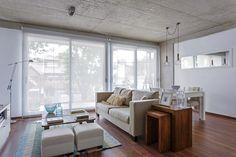 Living comedor integrado en un depto de dos ambientes de impronta clásica, con colores neutros y paleta clara.
