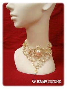クイーンエリザベートパールチョーカー Queen Elizabeth Pearl Choker Brand: Alice and the Pirates Product Number: 106P032 Item Type: Jewelry Price: ¥9,345 Year: 2010 Colors: Gold