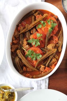 Heute habe ich ein leckeres Schmorgericht für dich, mit Okra, Gemüse-Eibisch oder auch Ladyfingers genannt. Khoreshte Bamieh ist eine Kombination aus karamellisierten Zwiebeln, Rindfleisch und Okraschoten in einer köstlich gewürzten Tomatensoße. Okrassind kalorienarm, schmecken mild, leicht herb und erinnern an Bohnen.Du kannst das Rindfleisch auch durch Lamm, Fisch oder Geflügel ersetzen. Okraschoten erhältst du in türkischen Lebensmittelgeschäften. Am Besten kaufst du sie frisch, denn…