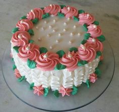 bolo decorado com chantilly feminino Pretty Cakes, Beautiful Cakes, Amazing Cakes, Creative Desserts, Creative Cakes, Cake Decorating Videos, Cookie Decorating, Cake Icing, Cupcake Cakes