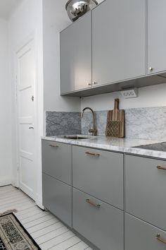 How to put your kitchen credenza? Kitchen Buffet, Kitchen Shelves, Kitchen Decor, Kitchen Cabinets, Dark Cabinets, Kitchen Furniture, Kitchen Interior, Interior Design Living Room, Living Room Decor