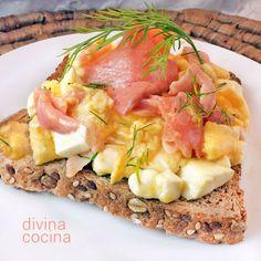 Estas tostadas noruegas son perfectas para un brunch o para cenas rápidas y especiales. Puedes tomarlas también como desayuno de fiesta o como entrante.