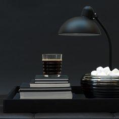 Un plateau noir style scandinave, Louise Roe. Un joli accessoire déco sur lequel on dépose d'autres petits bibelots.