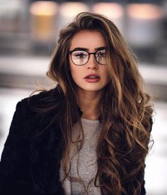 8 natural oils that help ist ein Highlight your beauty without spending all your money - Photography rules - brillen woman Ideas Para Photoshoot, Poses Photo, Girls With Glasses, Girl Glasses, Makeup With Glasses, Glasses Outfit, Glasses For Long Faces, Womens Glasses, Glasses Style