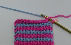 Farbwechsel rechts - Für ein klares Streifenmuster die Farben auf der rechten Seite wechseln. Dafür in der letzten Hinreihe die letzten beiden Schlingen bereits mit der neuen Farbe abmaschen.