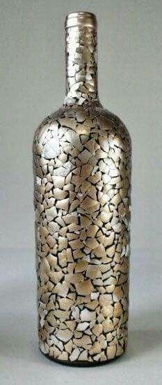 Botella decorada con cáscara de huevo.