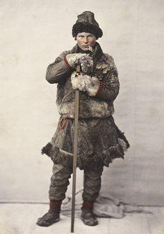 Sami man in a winter coat of fur (pesk) from Salten in Nordland County, Norway. En samisk mann i pesk fra Salten i Nordland. Foto av Marcus Selmer, Lule Saami area Sállto in Norway Larp, Lappland, Vikings, Old Photos, Vintage Photos, Arctic Circle, Mongolia, First Nations, Winter Coat