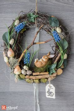 A durable door wreath with various silk flowers, quail eggs, dried materials and many details that want to be discovered. The focus is/is a sweet, sleeping Easter bunny. Spring Door Wreaths, Easter Wreaths, Christmas Wreaths, Spring Projects, Spring Crafts, Diy Ostern, Do It Yourself Crafts, Faux Flowers, How To Make Wreaths