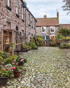 A pretty back street with cobblestones in England's Berwick-upon-Tweed #england #berwickupontweed #cobblestones #northumberland