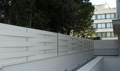 Valla de compacto fenolico color blanco. Vallas de ocultacion, las vallas que no dejan ver. www.vinuesavallasycercados.com