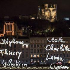 """Lyon sillumine pour les victimes des attentats - """"C'est dur mais c'est beau"""" pour ce """"8 décembre particulier"""": Pauline comme des milliers de Lyonnais a aligné des lumignons à sa fenêtre lors d'un hommage aux 130 morts des attentats de Paris qui a remplacé cette année la traditionnelle Fête des lumières. Sur les quais de Saône des petites flammes scintillaient à toutes les fenêtres. """"J'ai mis beaucoup de lampions. Au moins cinq par fenêtre"""" """"c'est hyper émouvant"""" poursuit Pauline catholique…"""