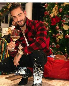 Maluma is celebrating Merry Christmas with wine. Maluma Haircut, Maluma Style, Maluma Pretty Boy, Latino Men, Boy Photography Poses, Perfect Boy, Swag Style, Celebs, Celebrities