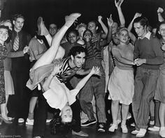 Lindy Hop or Jitterbug Rock Roll, Rock And Roll Dance, 1950s Rock And Roll, Lindy Hop, Louis Armstrong, Bailar Swing, Mega Series, Alberto Moravia, Ballet Russe