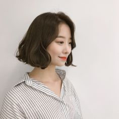 Read information on short hairstyles party Mid Hairstyles, Short Hairstyles For Women, Short Hair With Bangs, Short Curly Hair, Medium Hair Styles, Curly Hair Styles, Middle Hair, Hair Lengths, Hair Cuts