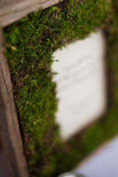 Rustic moss picture frame. (diy-moss-wedding-frame-2)