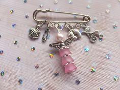 baby kilt pin Ribbon Jewelry, Diy Jewelry, Beaded Jewelry, Jewelery, Handmade Jewelry, Jewelry Making, Safety Pin Art, Safety Pin Crafts, Safety Pin Jewelry