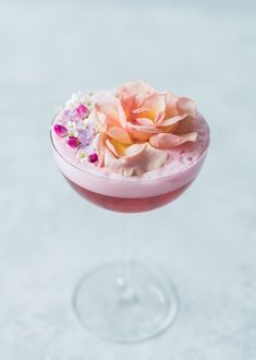 Flora and Juniper 2 oz Griffo Gin oz cardamom syrup oz lemon oz hibiscus tea 2 drops rose water 1 egg white garnish: edible flowers Fancy Drinks, Yummy Drinks, Craft Cocktails, Summer Cocktails, Cheers, Chocolate Caliente, Hibiscus Tea, Daiquiri, Edible Flowers