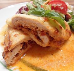 A delicious low carb chicken roulade in pizza style. Here is the complete recipe for this simple carb-free dish. A delicious low carb chicken roulade in pizza style. Here is the complete recipe for this simple carb-free dish. Low Carb Smoothies, Smoothie Recipes, Easy Dinner Recipes, Easy Meals, Dieta Atkins, Low Carb Recipes, Healthy Recipes, Pizza Style, Healthy Eating Tips