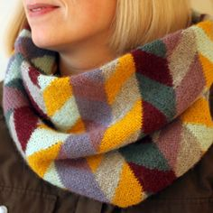 Kit til Mai tube scarf | Yarnfreak << Inspiration for #colourwheel project. Note how yellow sections repeat around cowl to bring unity.