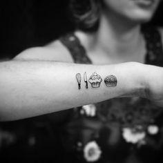 Feita por Kadutattoo.    #tattoo #tatuagem #cozinha #culinária #cupcake #brigadeiro #chef