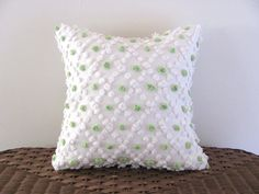 Funda de almohada de lunares verde cal por moreChenilleChateau