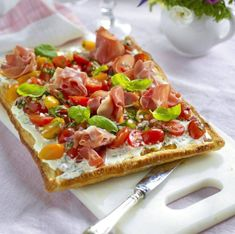 Smördegsflan med italienska smaker | Allas Recept Pizza Recipes, My Recipes, Appetizer Recipes, Appetisers, Foods To Eat, Summer Recipes, Tapas, Food Porn, Food And Drink