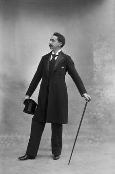 Robert de Montesquiou - Nadar - (1855-1921), écrivain français. Issu de la riche noblesse, il est comte de Montesquiou-Fezensac et brille dans la haute société parisienne par un raffinement qui en a fait l'incarnation du dandy de la Belle Époque. Proust, auquel il est très lié, en fera le baron de Charlus dans À la recherche du temps perdu