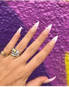 Long acrylic nails are too sharp, and short nails are too ordinary? Then you need almond nails, which are of moderate length. Almond nails are named after their shape similar to almonds. Its lines are smoother, so it looks softer. Long Almond Nails, Almond Acrylic Nails, Best Acrylic Nails, Long Nails, Almond Nails French, Short Nails, Long French Tip Nails, White Almond Nails, Almond Nail Art