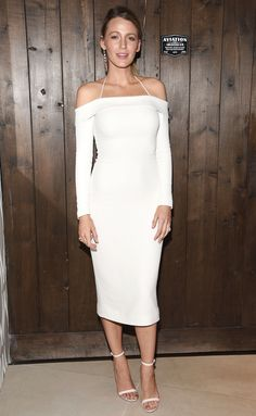 Blake Lively supported hubby Ryan Reynolds at an Aviation Gin event while wearing an off-the-shoulder dress by Cushnie et Ochs (notice the halterneck detail). She went with mismatched earrings and white sandals to complete her look. Mode Blake Lively, Blake Lively Style, Outfits Otoño, White Outfits, Crazy Outfits, Ryan Reynolds, Vogue Paris, Parfait, Star Fashion